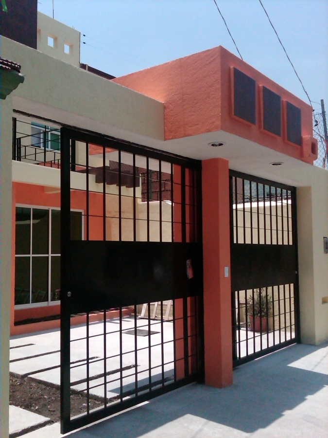 Foto marquesina y portones de acceso de global for Zaguan de casas modernas