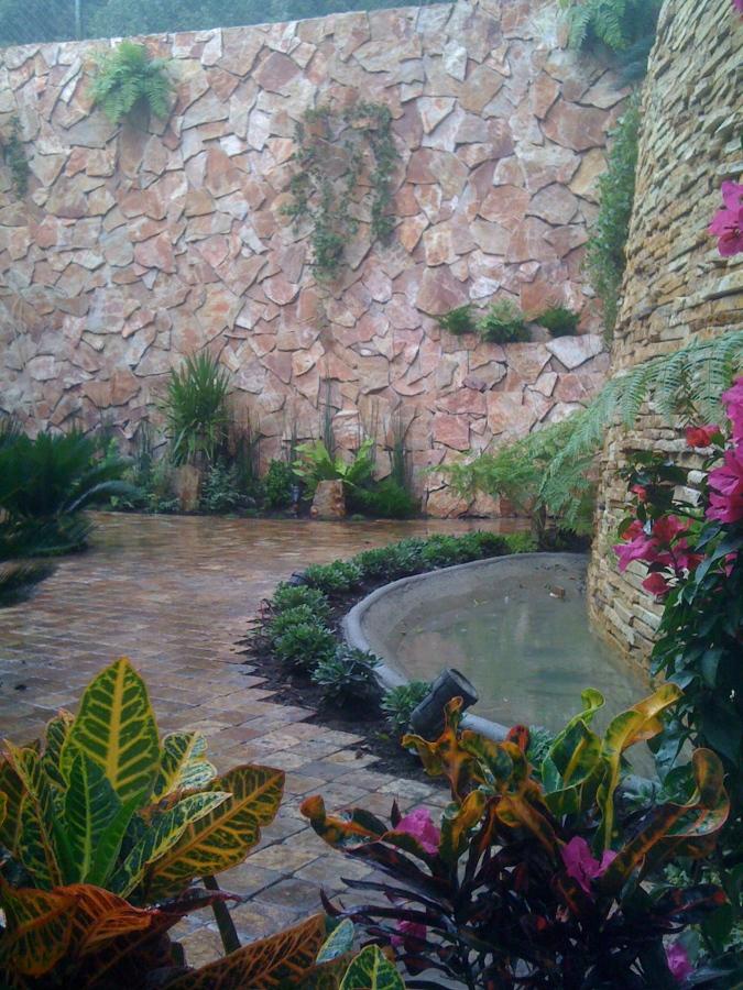 Muro llorón y jardín
