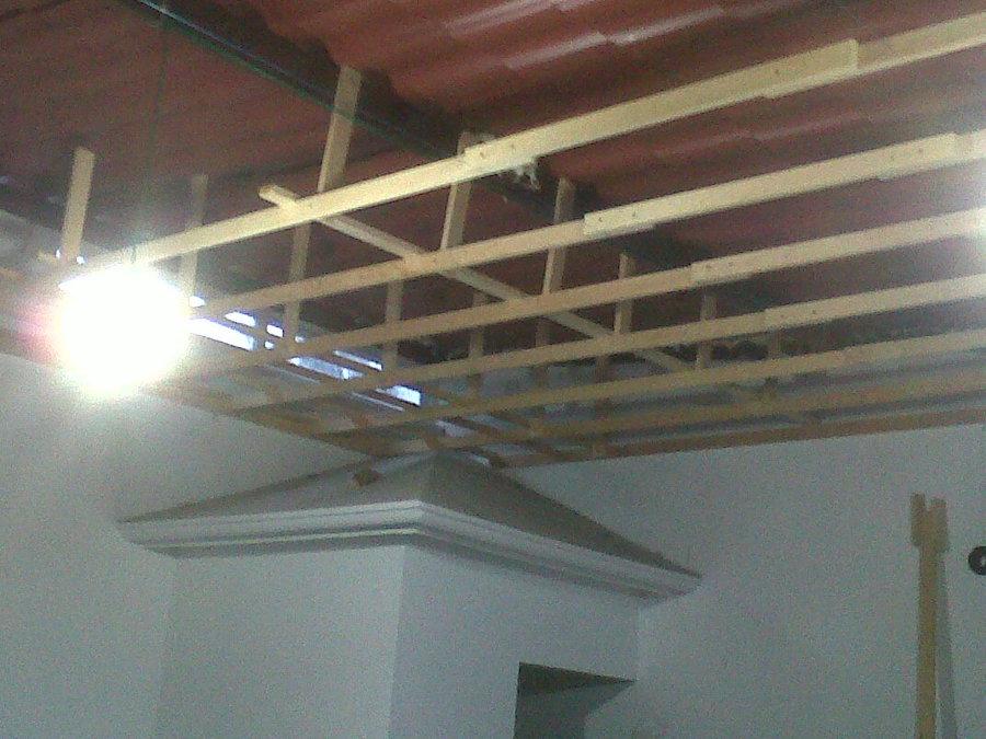 Foto plafon de madera de servicios integrales en for Plafones de madera pared