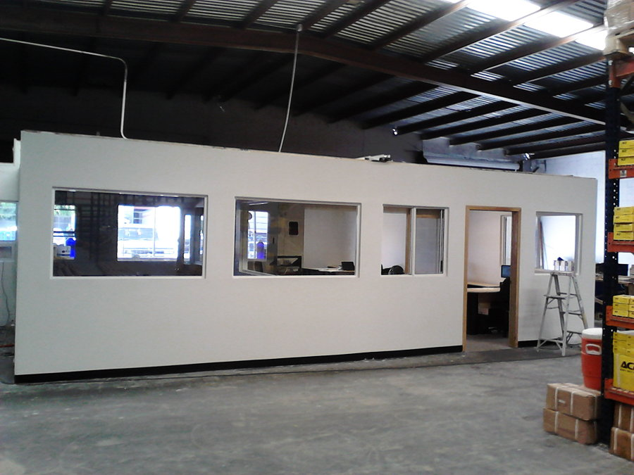 oficina vista frontal dentro de la bodega.