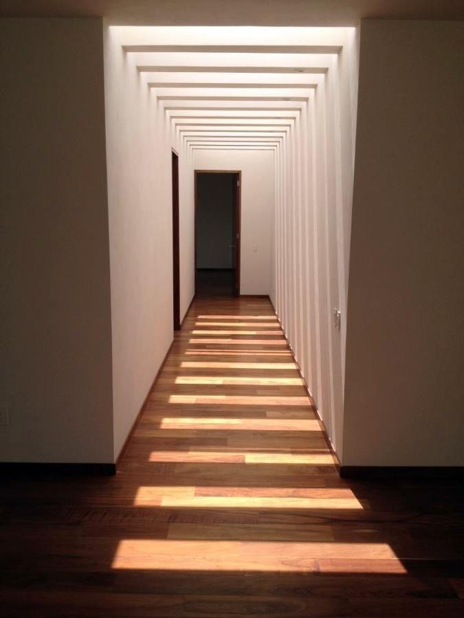 Foto pasillo de acceso a recamaras de h ctor p rez 11344 for Decoracion para pared de pasillo