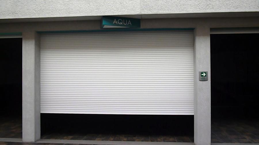 Foto persiana rolada europea para porton cochera motel de gaviota simbac toldos y persianas - Puertas de cochera ...