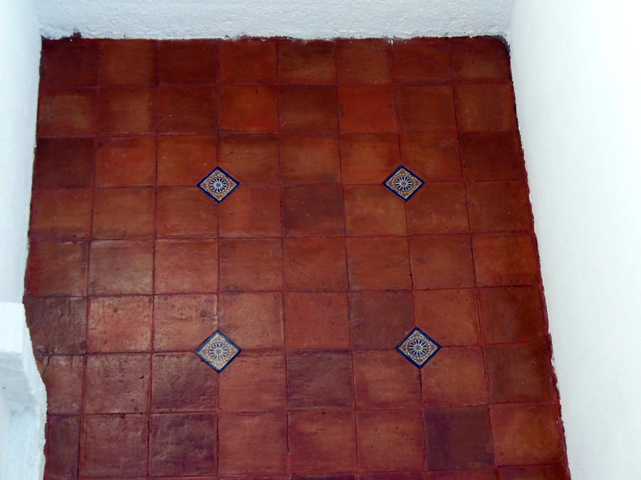 foto piso de barro con inserto azulejo talavera de
