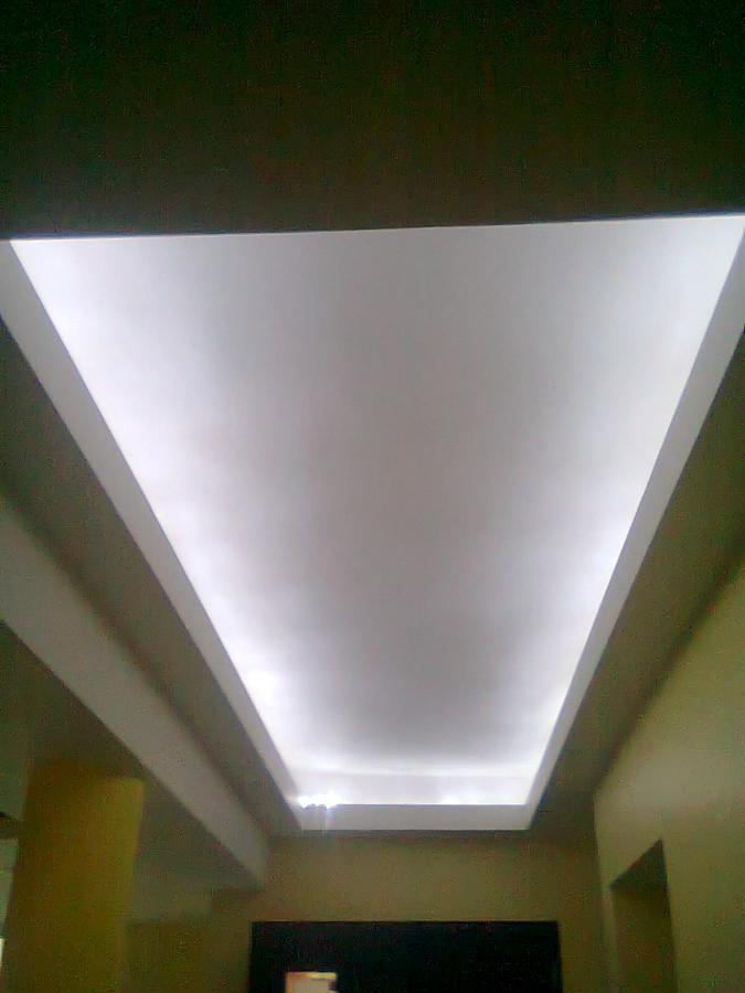 Plafon falso con luz indirecta.