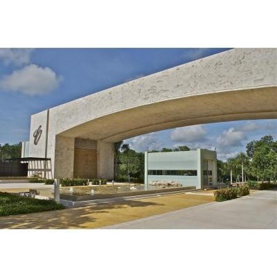 Foto p rtico acceso cancun country club de for Portico rustico