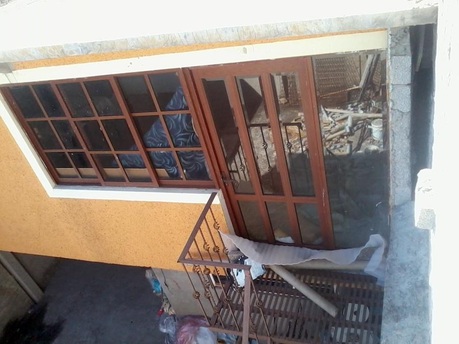 Foto puerta bandera de aluminio y vidrio mtz 25613 - Puertas de aluminio color madera ...
