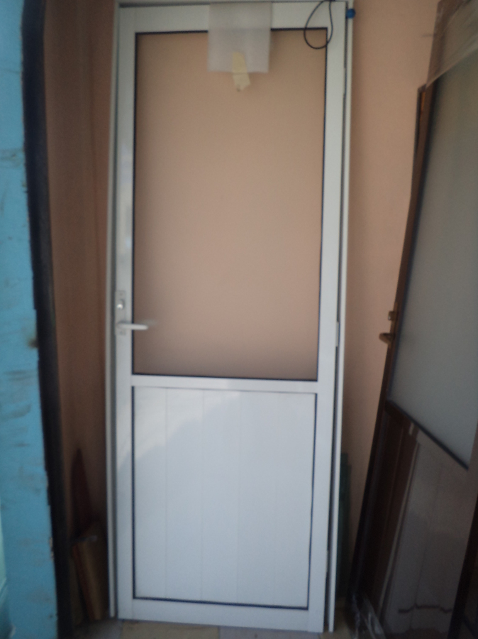 Foto puerta de aluminio 3 de isar canceleria 45711 for Cerradura para puerta de bano