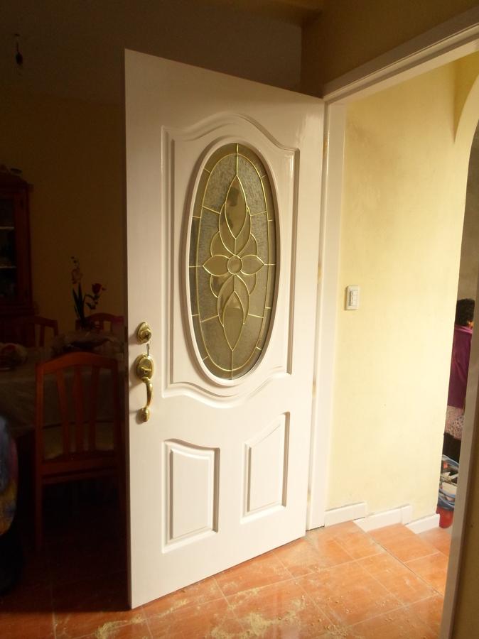 Puerta de pino, en color blanco con vitral, terminada e instalada ...