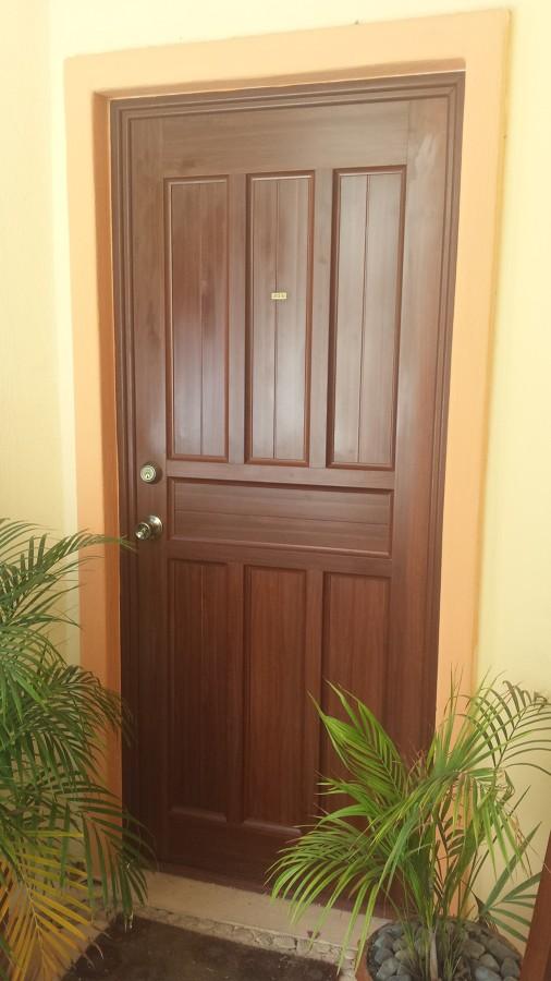 Foto puerta entablerada de aluminios de quintana roo for Puertas de recamara de madera