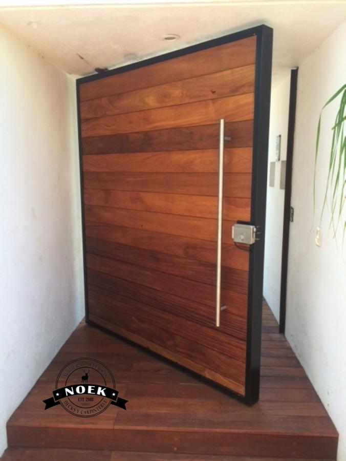 Foto puerta de madera de cumaru de noek decks y for Puertas de entrada precios