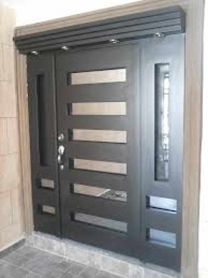 Foto puerta principal chocolate de cocinas y closets del for Modelos de puertas principales minimalistas
