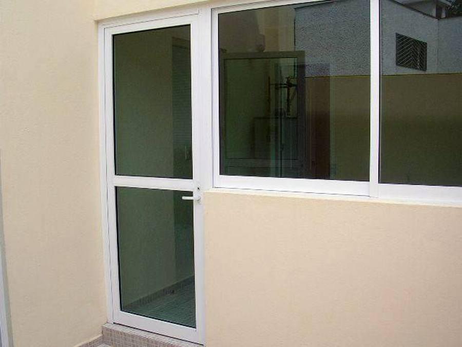 Foto puerta de construcciones gama 30765 habitissimo for Puertas en aluminio