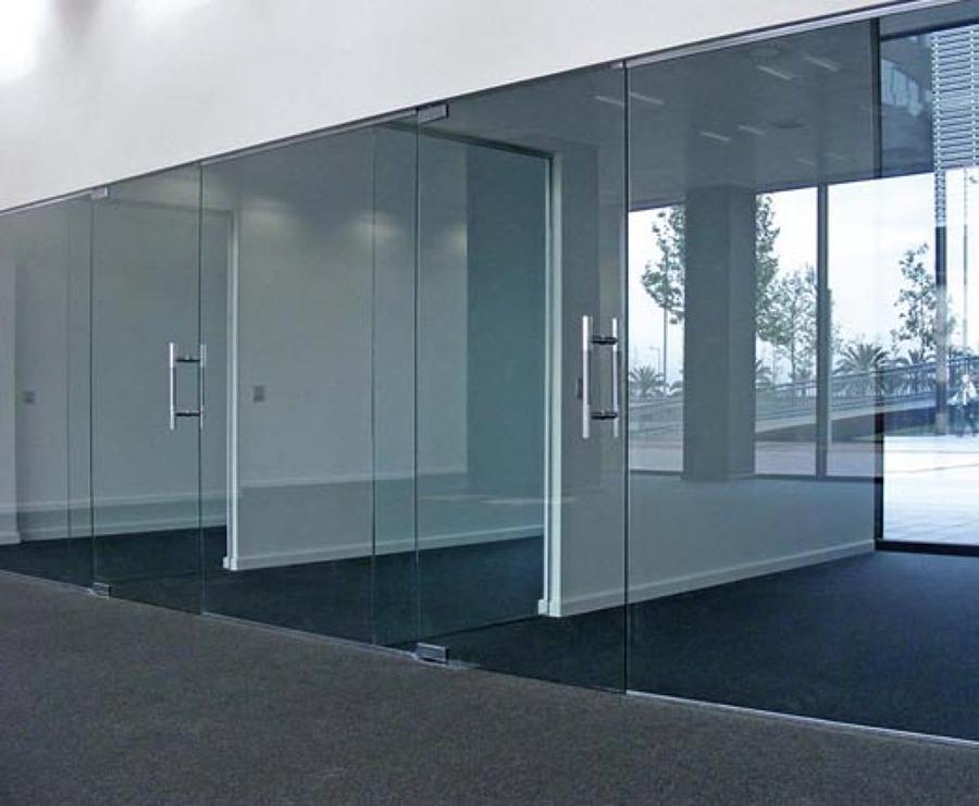 Foto puertas de acceso a oficinas de vitroteck jaty for Puertas para oficina