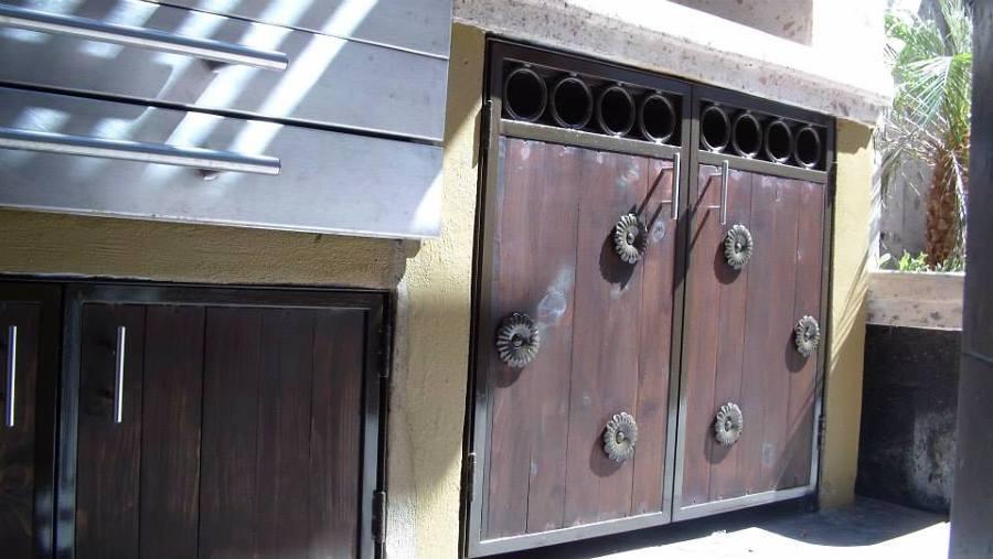 Foto puertas de herrer a combinada con madera y adornos for Puertas de madera con herreria