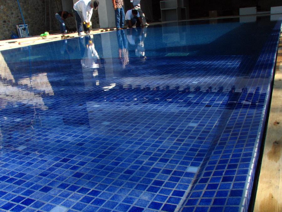 Foto remodelacion de piscina residencial con rebosadero for Tipo de piscinas