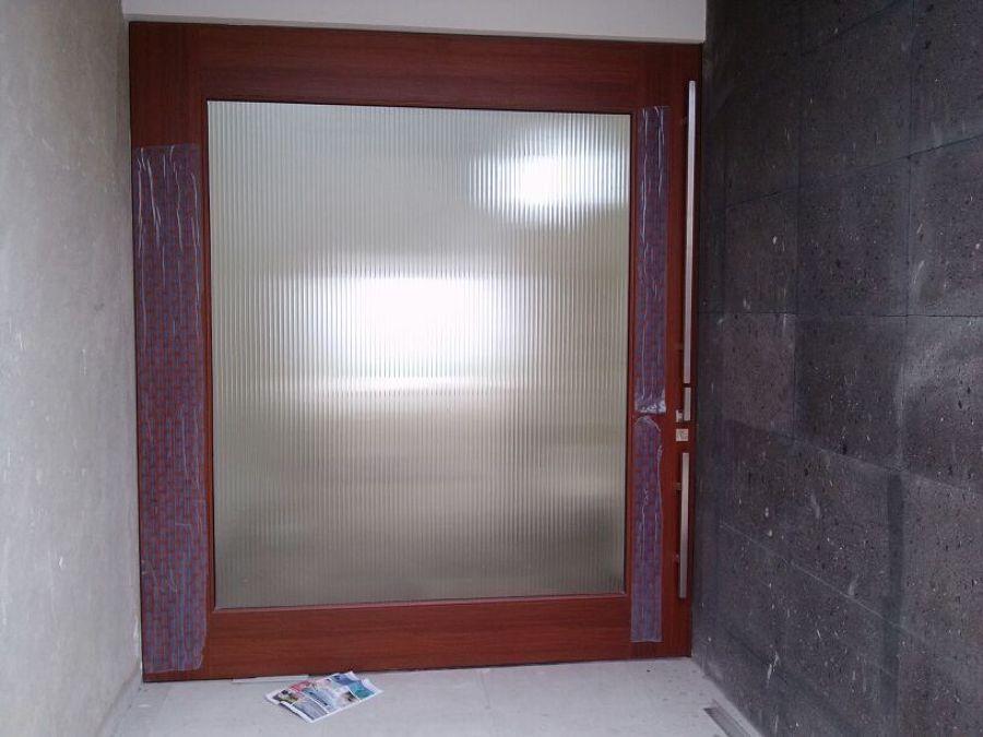 Foto puerta marco madera y cristal esmerilado de alucomer - Marco puerta madera ...