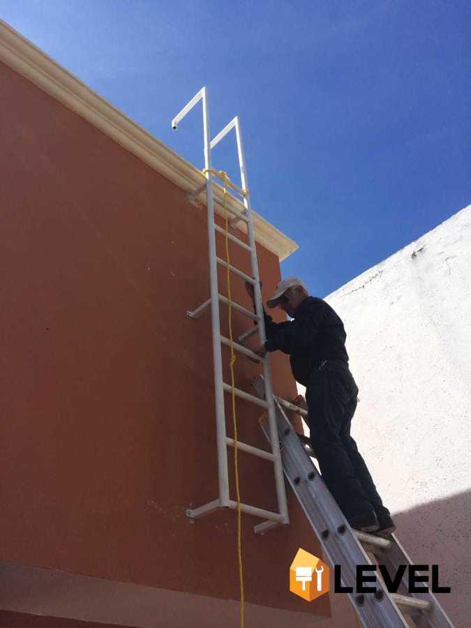 Fabricación y colocación de escalera marina
