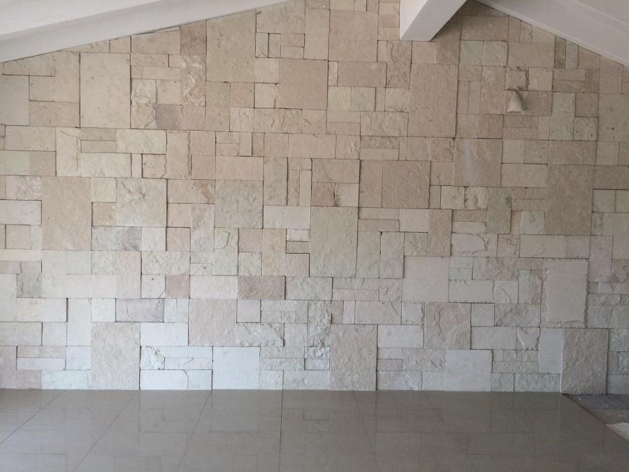 Foto muro de piedra blanca galarza en estancia for Piedra marmol blanca
