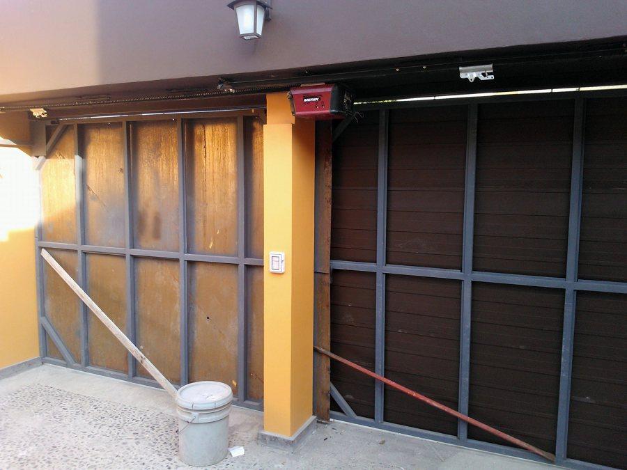 Foto zagu n de construcciones gama 30739 habitissimo for Puerta zaguan aluminio