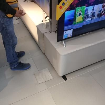 Instalación de cableado hdmi en muro de pantallas de exhibición