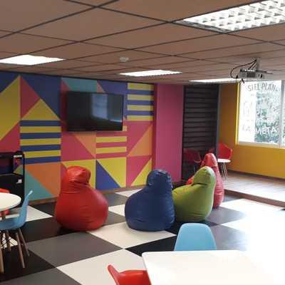 Remodelación de Sala Creativa colocación de Linóleo en piso.