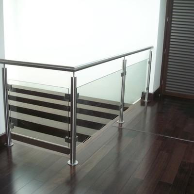 barandal de aluminio y cristal templado