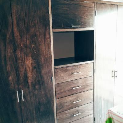 Closet en madera con tinta chocolate