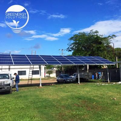 Cobertizo para estacionamiento conformado con 36 paneles solares