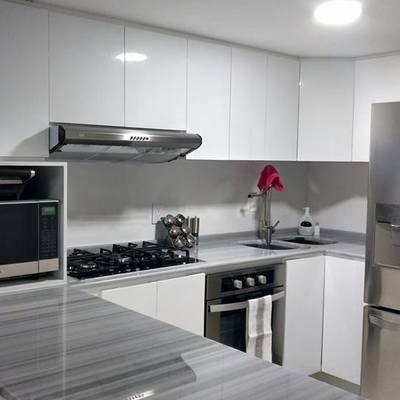 vista de cocina terminada con electrodomésticos instalados, terminación enero 2017