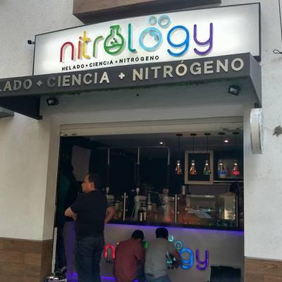 Diseño, fabricación y colocación de letreros heladería nitrology