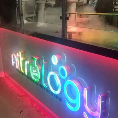 aplicación de iluminación LED RGB en mobiliario y letreros
