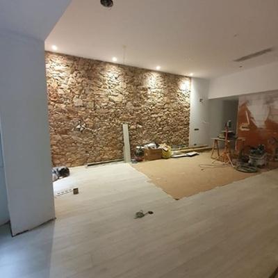 Muro de piedra en sala