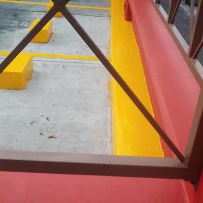 se pinto area perimetral de estacionamiento