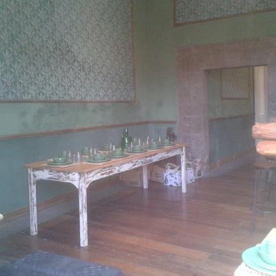 Mesa y piso de madera