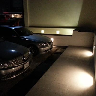 Garage con iluminación indirecta