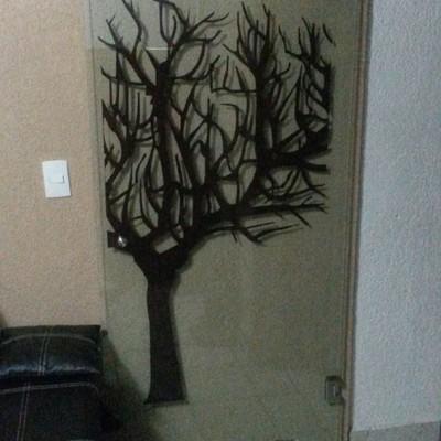 puerta con arbol