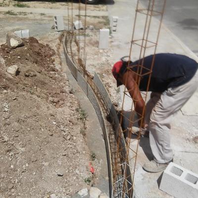 dados de concreto y muro curvo