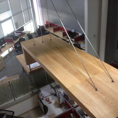escritorio suspendiso con acero inoxidable