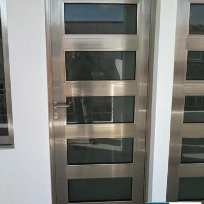 Puerta de  aluminio linea española brillante para entrada