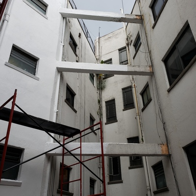 Reparación de fachada y aplicación de pintura.