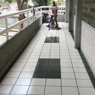 Detalle en pasillos en pisos manchados