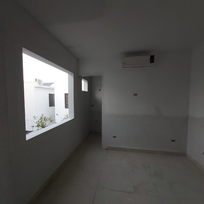Habitación entregada, clientes satisfechos, cuidando los rincones bien alineados.