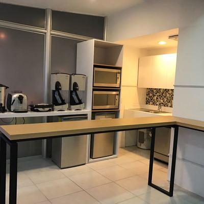 Cocineta para oficina en mdf con melamina blanca y en tonto encino, formáica blanca al alto brillo y herrería