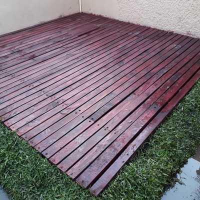 Cisterna y piso tipo Deck en jardín