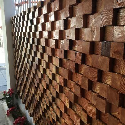 Muro decorativo con madera