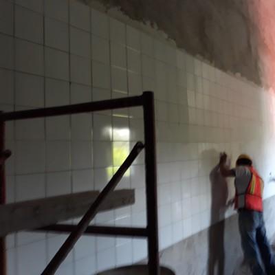 Colocación de azulejo en muro