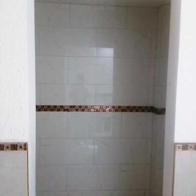 Baño con azulejo tipo marmol