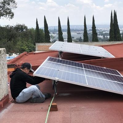 Técnico instalando. Paneles solares