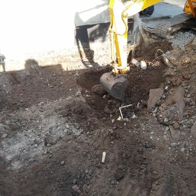 Excavación y nivelación de terreno.