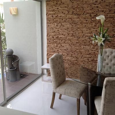 comedor decorado con  panel decomuro laja beige
